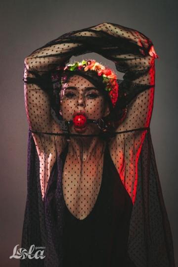 Красный кляп-шарик Love Spell на черных ремешках