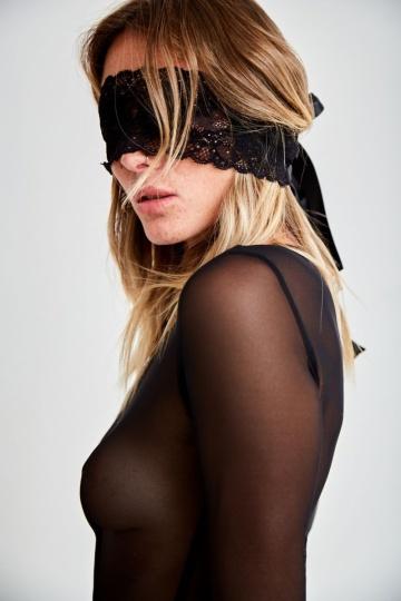 Красивая кружевная маска для эротических игр