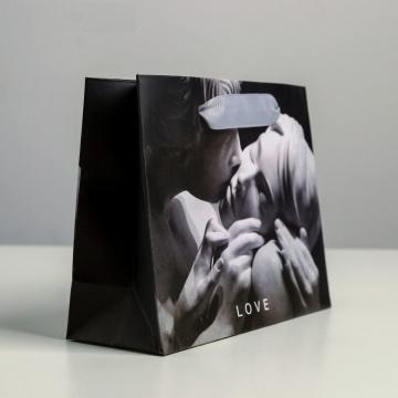 Маленький бумажный подарочный пакет LOVE - 15 х 12 см.