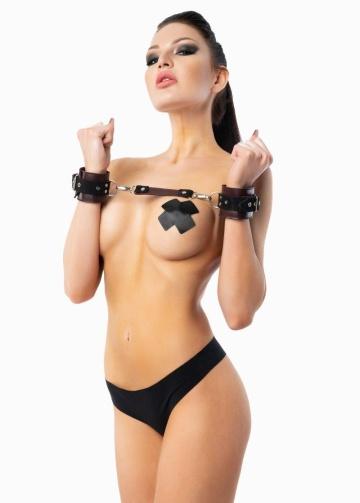 Бордовые кожаные наручники с контрастными ремешками