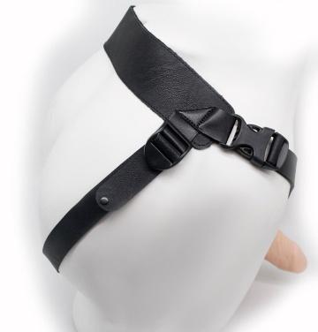 Пустотелый фаллопротез-реалистик на ремешках с заклепками - 18 см.