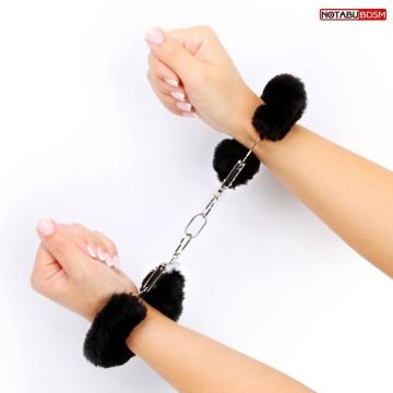 Черные меховые наручники на сцепке с ключиками